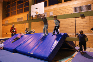 ab 1,5 Jahre: Eltern-Kind-Turnen @ Laurenzer Sporthalle, Mitterlängstr. 8, Puchheim-Ort | Puchheim | Bayern | Deutschland
